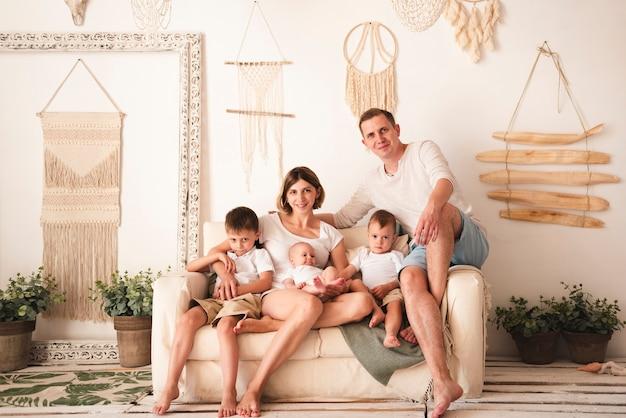 Encantadora familia en el interior de tiro completo