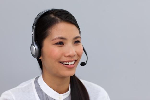 Encantadora joven empresaria con auriculares en