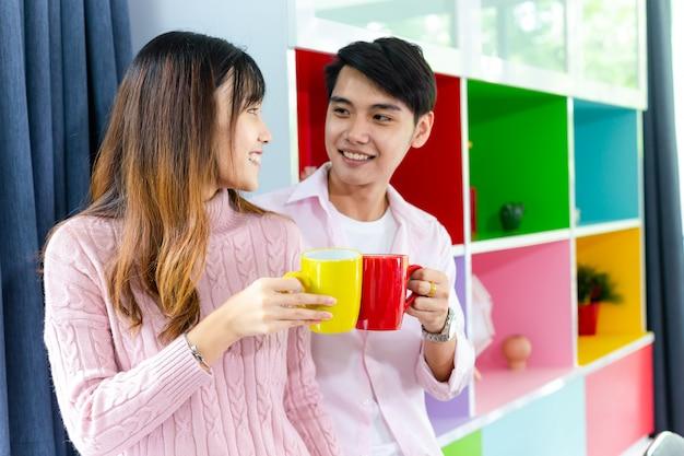 Encantadora joven pareja hablando con alegría juntos