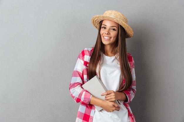 Encantadora joven sosteniendo un libro