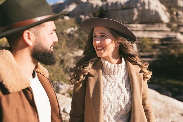 Encantadora mujer y hombre mirándose
