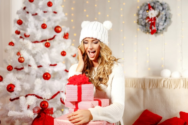 Encantadora mujer posando con regalos de navidad
