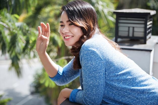 Encantadora mujer saludando