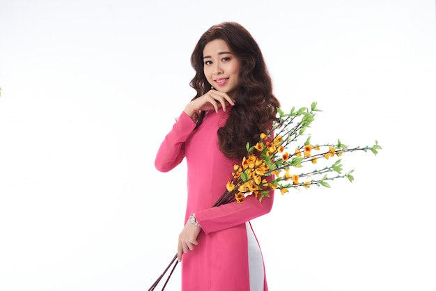 Encantadora mujer vietnamita sonriente