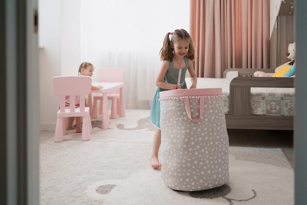 Encantadora niña jugando en su habitación