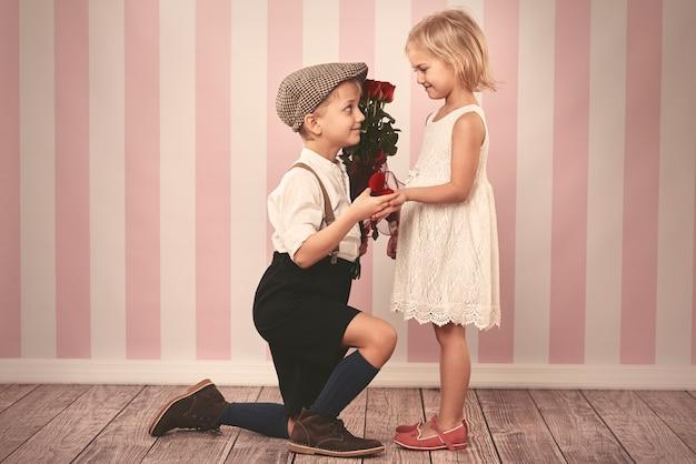 Encantadora niña y su futuro esposo