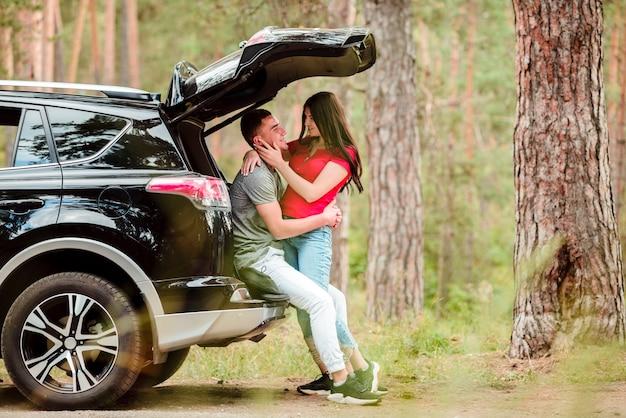 Encantadora pareja abrazándose al aire libre