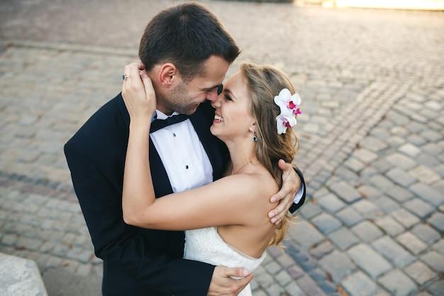 Encantadora pareja abrazándose en gorode.