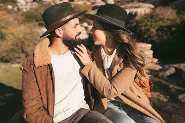 Encantadora pareja abrazándose y mirándose