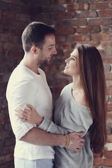 Encantadora pareja abrazándose