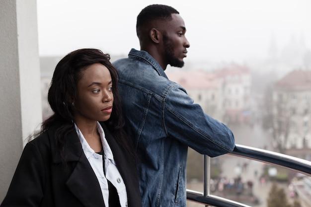 Encantadora pareja afroamericana en balcón