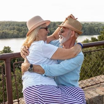 Encantadora pareja de ancianos abrazando tiro medio