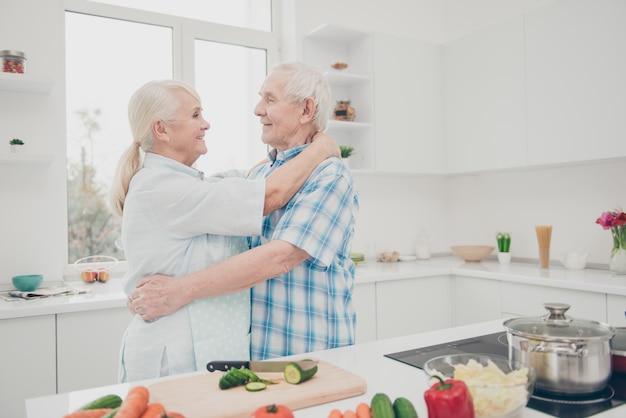 Encantadora pareja de ancianos en casa