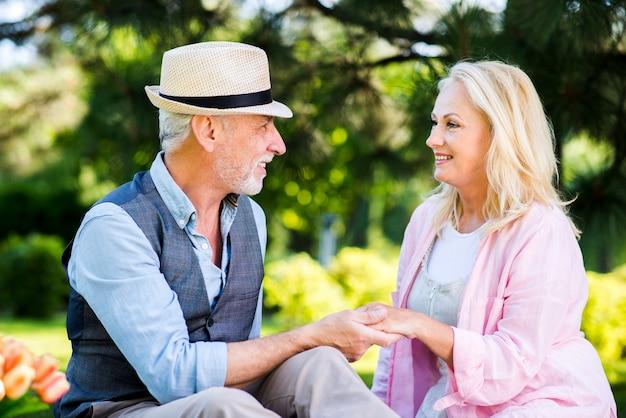 Encantadora pareja de ancianos mirándose