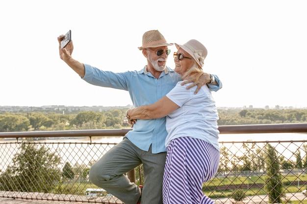 Encantadora pareja de ancianos tomando una selfie