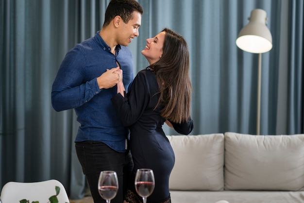 Encantadora pareja bailando juntos en el día de san valentín