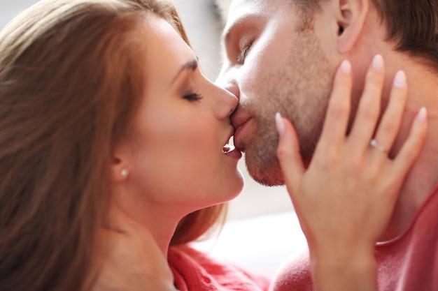 Encantadora pareja besándose apasionadamente