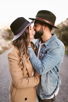 Encantadora pareja besándose en la carretera