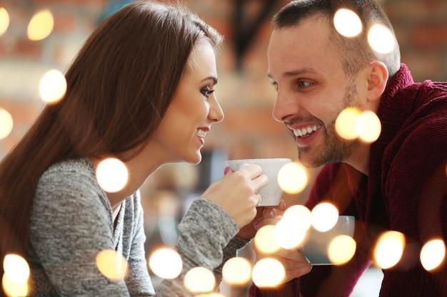 Encantadora pareja en un café