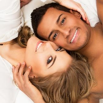 Encantadora pareja en el cama