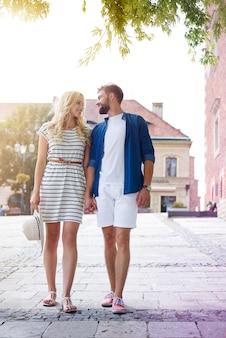 Encantadora pareja caminando por el casco antiguo