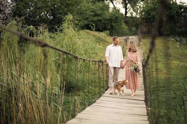 Encantadora pareja caminando con puente para perros.