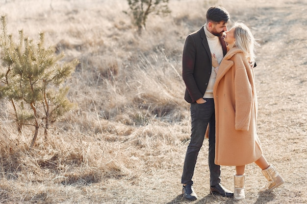 Encantadora pareja en un campo de primavera