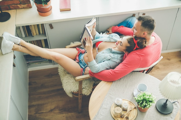 Encantadora pareja en casa