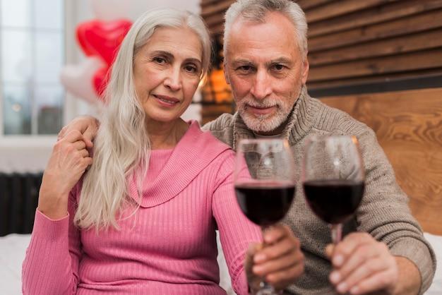 Encantadora pareja celebrando el día de san valentín