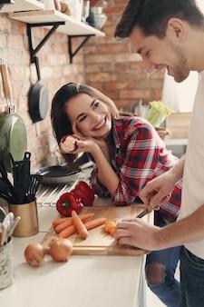 Encantadora pareja en la cocina