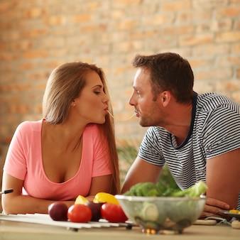 Encantadora pareja comiendo espagueti
