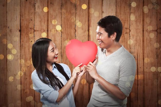 Encantadora pareja con corazón rojo