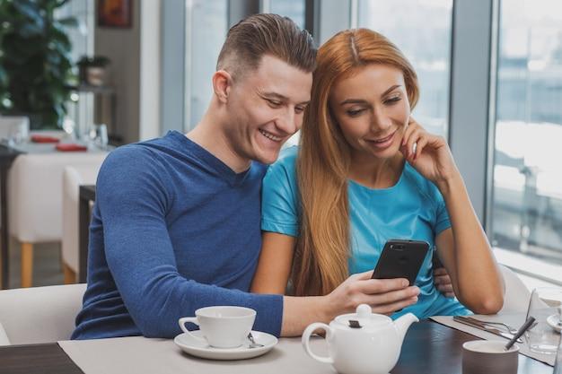 Encantadora pareja disfrutando del desayuno juntos en el restaurante
