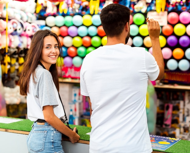 Encantadora pareja divirtiéndose en la feria.