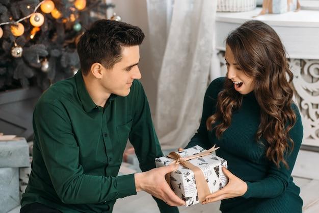 Encantadora pareja enamorada admirando el presente