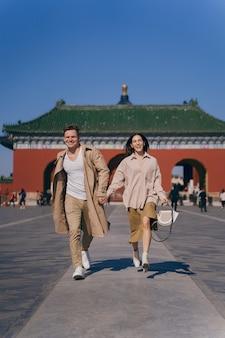 Encantadora pareja explorando atracciones turísticas en beijing, china