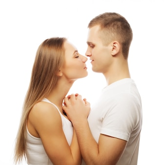 Encantadora pareja feliz abrazando