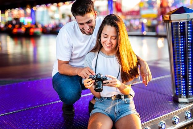 Encantadora pareja en feria mirando a cámara