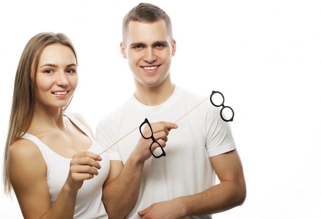 Encantadora pareja con gafas de fiesta
