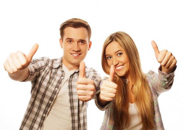 Encantadora pareja con gesto de pulgar hacia arriba