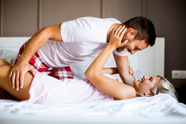 Encantadora pareja joven en la cama