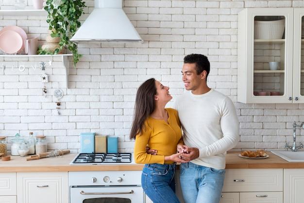 Encantadora pareja junto en la cocina