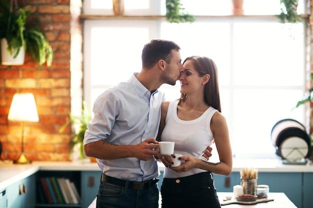 Encantadora pareja pasar tiempo juntos en casa