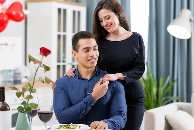 Encantadora pareja pasar tiempo juntos en el día de san valentín