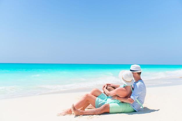 Encantadora pareja en la playa y disfrutando de las vacaciones de verano