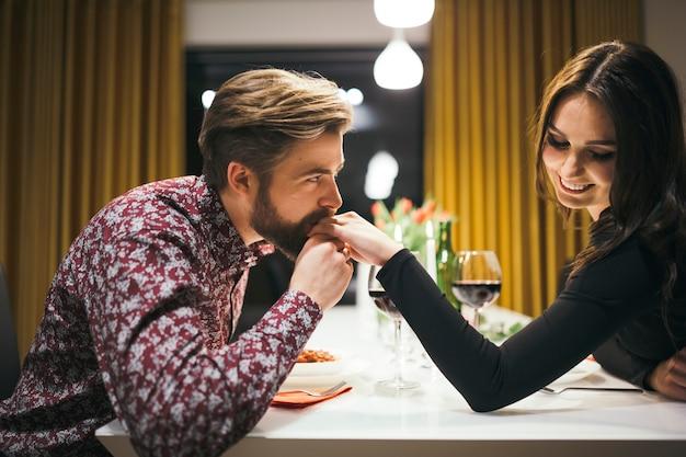 Encantadora pareja que data en la cafetería