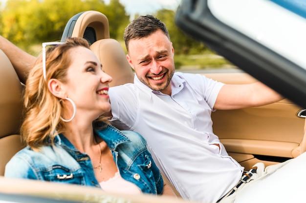 Encantadora pareja riéndose el uno del otro