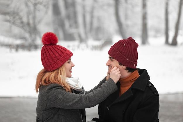 Encantadora pareja siendo feliz juntos al aire libre