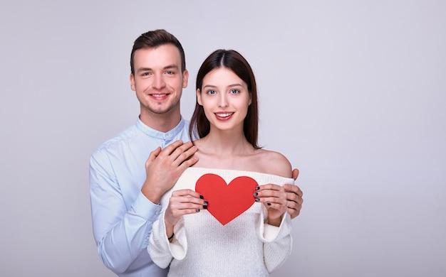 Encantadora pareja sonriente locamente enamorada