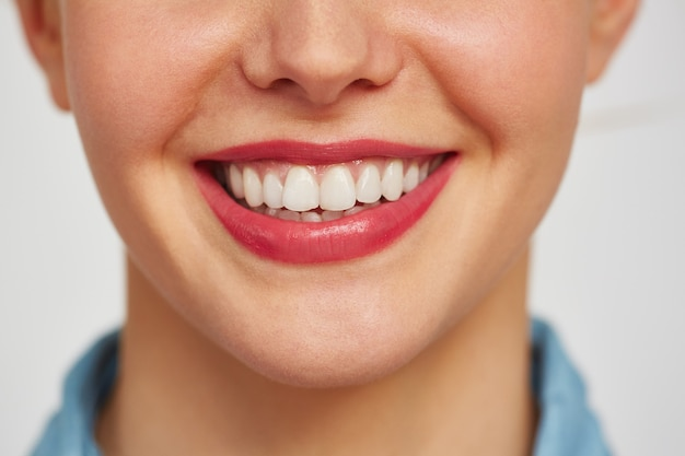 Encantadora sonrisa de mujer joven